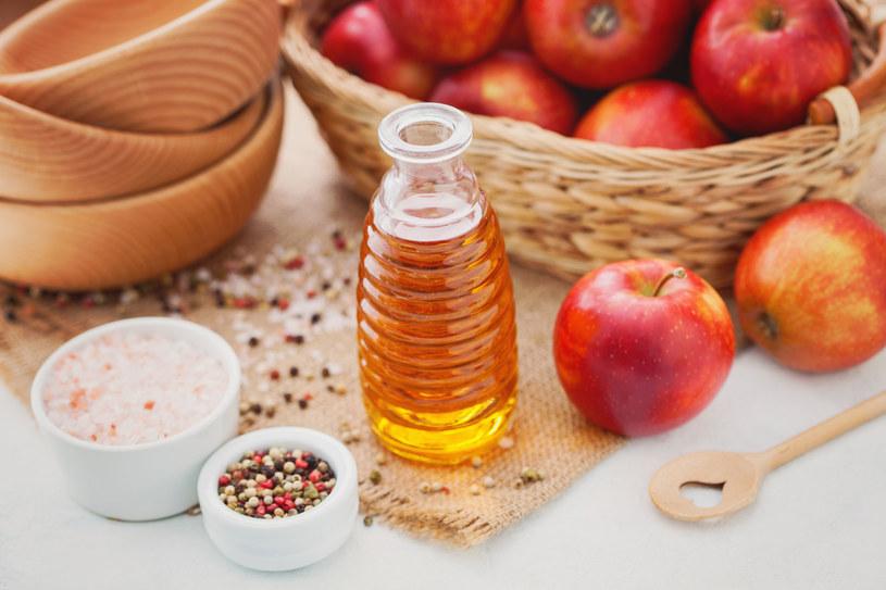 Ocet jabłkowy powstaje z soku z dodatkiem drożdży. Pod ich wpływem cukier z owoców zamienia się w alkohol, potem w kwas octowy /123RF/PICSEL