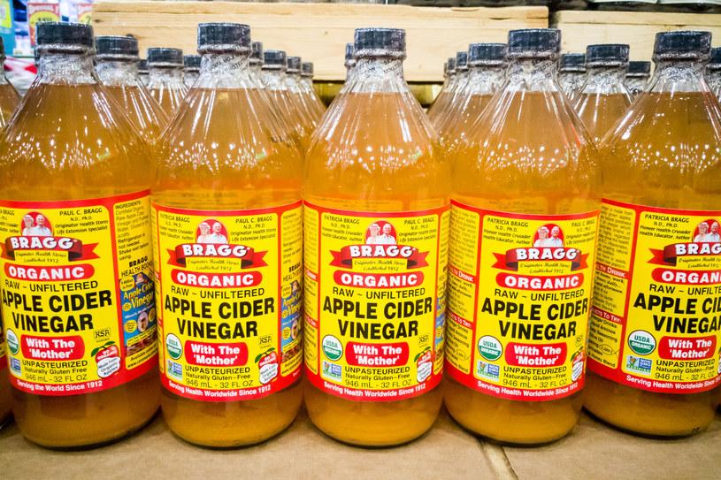 Ocet jabłkowy w formie płukanki może pomóc pozbyć się bólu gardła /123RF/PICSEL