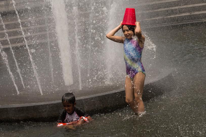 Ochłody można był szukać w fontannie /AFP