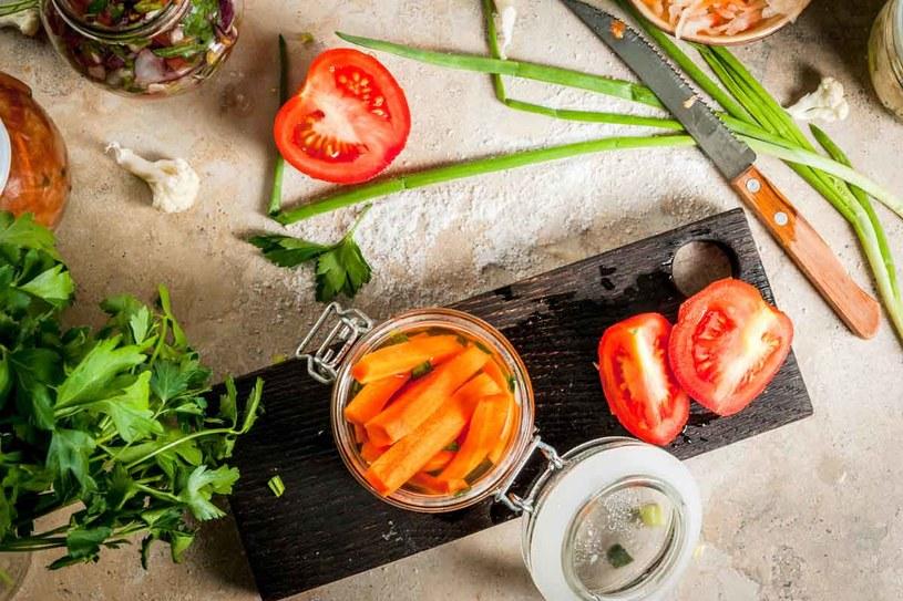 Ochotę na jedzenie wzmagają również intensywne smaki, np. kwaśny. /123RF/PICSEL