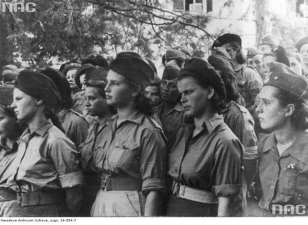 Ochotnicznki Pomocniczej Służby Kobiet, wyzwolone z niemieckich obozów /Z archiwum Narodowego Archiwum Cyfrowego