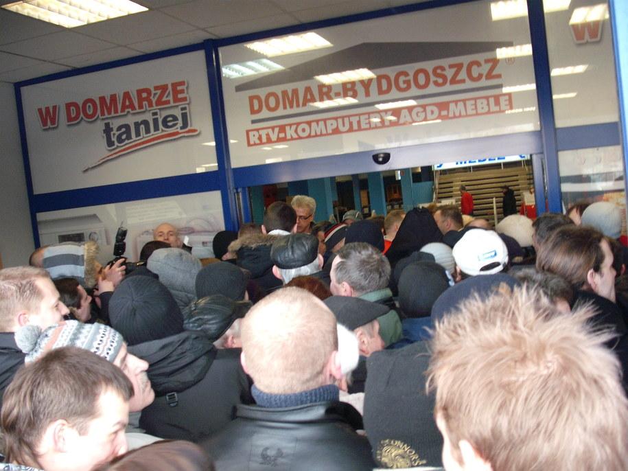 Ochrona wpuszczała grupy po 10 osób. Część ludzi szybko zrezygnowała / Fot. Tomasz Fenske, RMF FM /Tomasz Fenske /RMF FM