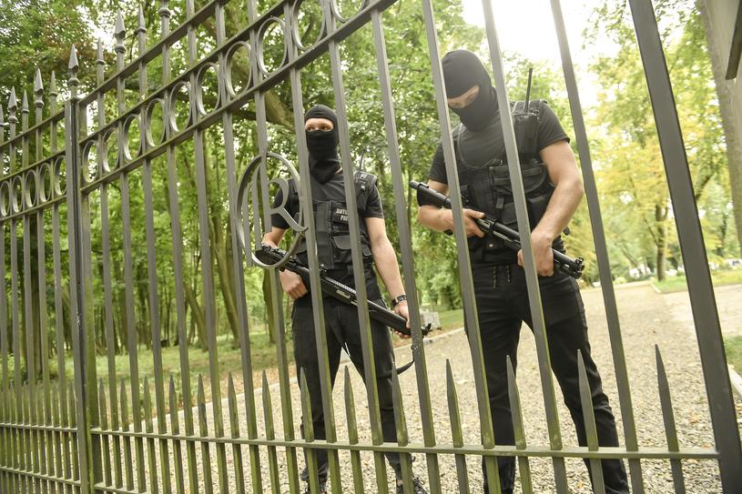 Ochroniarze na ślubie Krzysztofa Rutkowskiego i Mai Plich /Baranowski /AKPA
