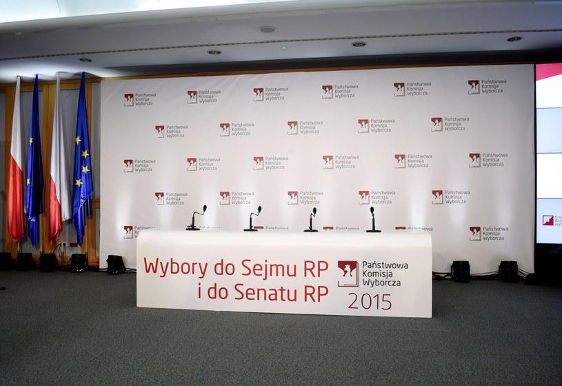 Oczekiwanie na konferencję PKW /Radek Pietruszka /PAP