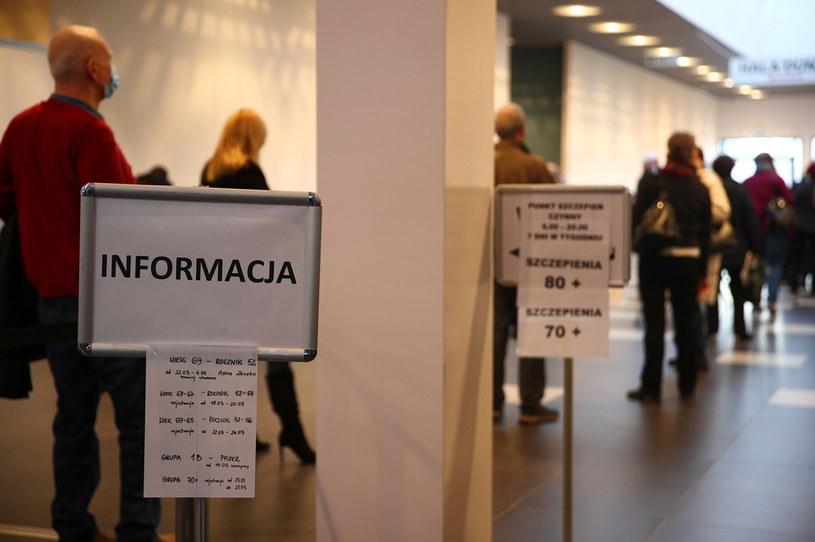 Oczekujący na szczepienie przeciw COVID-19 w szpitalu tymczasowym w EXPO Kraków /Łukasz Gągulski /PAP