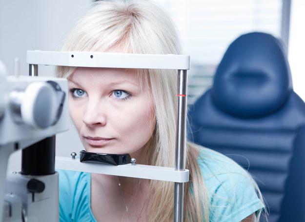 Oczy, a szczególnie delikatne spojówki, łatwo ulegają podrażnieniu /123RF/PICSEL