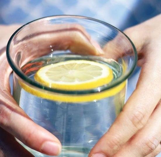oczyszczanie organizmu wodą z cytryną /© Photogenica