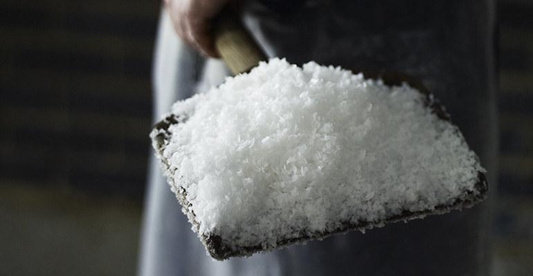oczyszczanie organizmu wodą z solą /© Photogenica