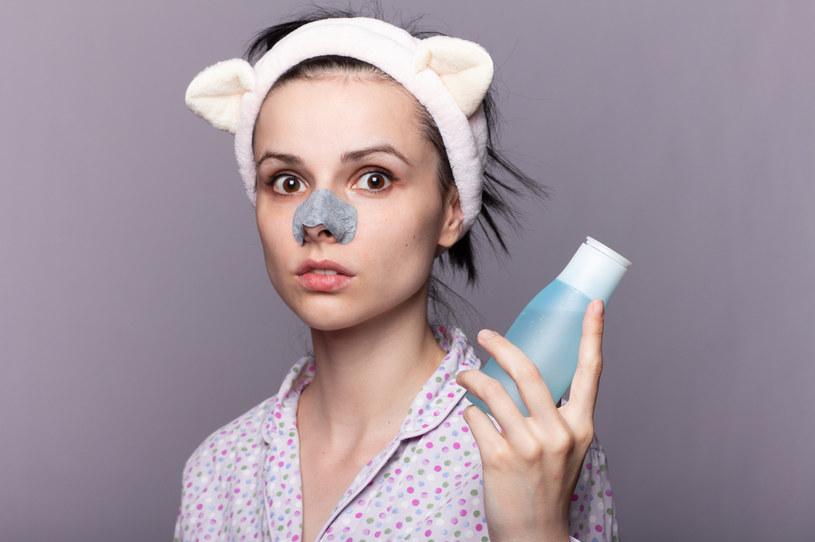 """Oczyszczanie to podstawa. Nie musisz """"przecierać"""" oczyszczonej twarzy tonikiem. Wystarczy, gdy delikatnie przyłożysz wacik do skóry na kilka sekund /123RF/PICSEL"""