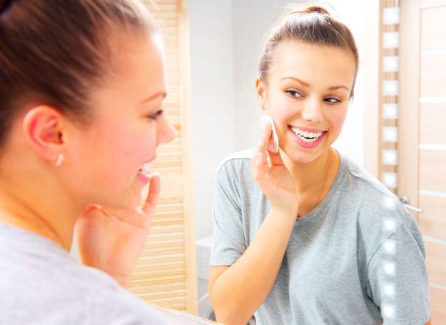 Oczyszczanie twarzy może ja podrażniać. Wybieraj łagodne produkty /123RF/PICSEL