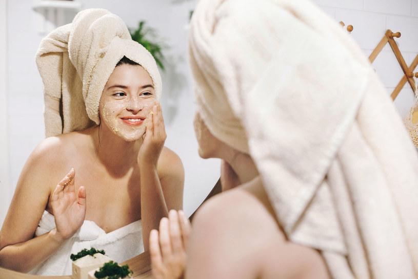 Oczyszczanie twarzy z wągrów powinno polegać m. in. na wykonywaniu regularnego peelingu /123RF/PICSEL