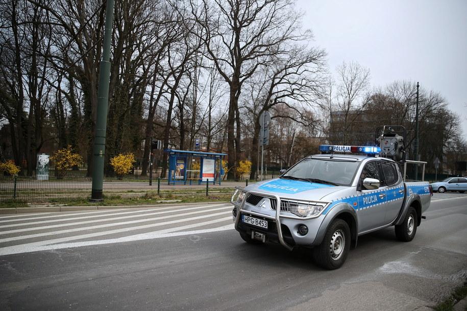 Od 1 kwietnia obowiązują nas nowe obostrzenia w ramach walki z epidemią koronawirusa. Na zdjęciu: policja kontroluje teren przy zamkniętym parku Jordana w Krakowie /Łukasz Gagulski /PAP