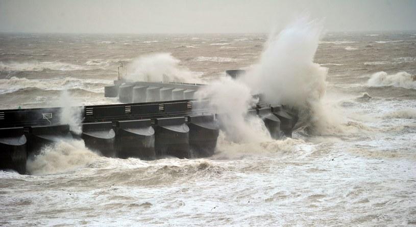 Od 24 godzin wybrzeża Anglii i Walii nawiedza silny sztorm /AFP