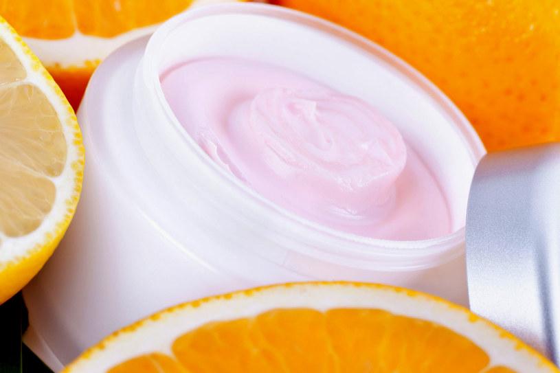 Od czasu do czasu konieczna jest kuracja kosmetykami bogatymi w witaminę C /123RF/PICSEL
