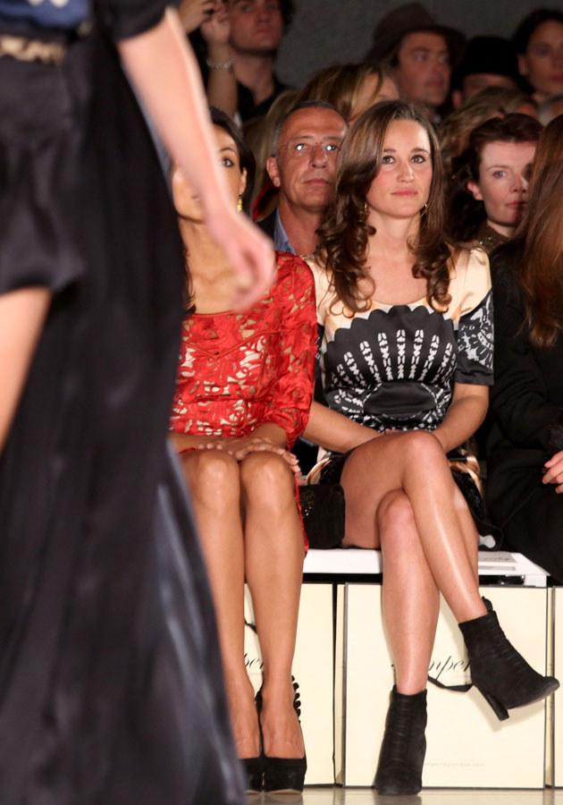 Под юбками у знаменитостей на передачах, онлайн порно телочки с великолепным телом