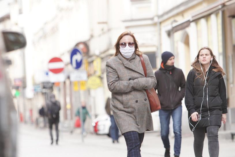 Od czwartku (16 kwietnia) obowiązkowe zakrywanie ust i nosa w miejscach ogólnodostępnych /GRZEGORZ DEMBINSKI/POLSKA PRESS /Getty Images