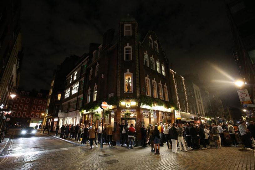 Od czwartku puby i restauracje w Anglii mają być zamykane o godz. 22 /Jonathan Brady/PA Images /Getty Images