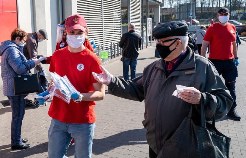 Od czwartku używanie maseczek w miejscach publicznych będzie obowiązkowe / Andrzej Grygiel    /PAP