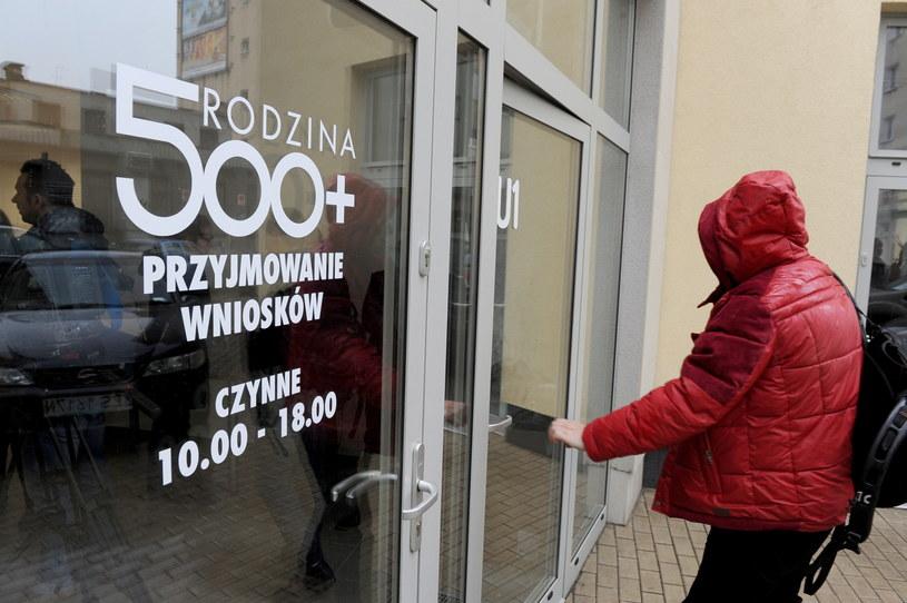 """Od dziś można składać wnioski w programie """"Rodzina 500 plus"""" /Marcin Bielecki /PAP"""