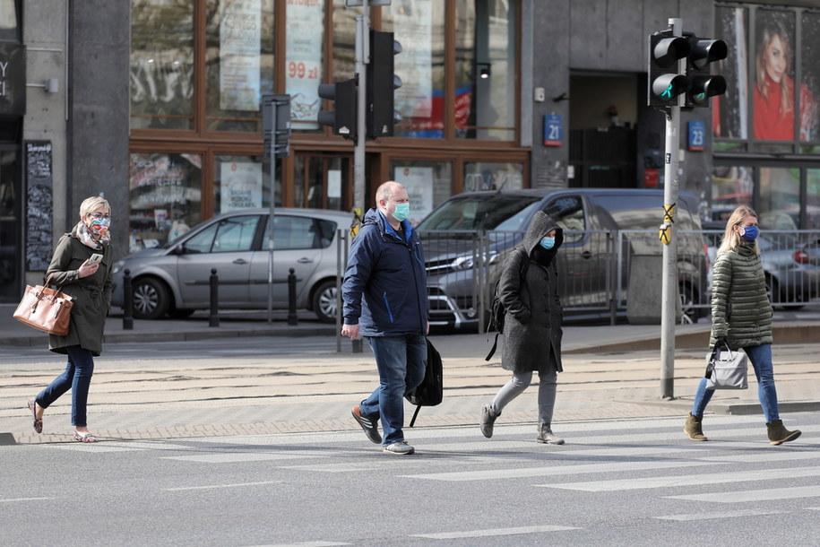 Od dziś w Polsce obowiązuje nakaz zakrywania ust i nosa /Paweł Supernak /PAP