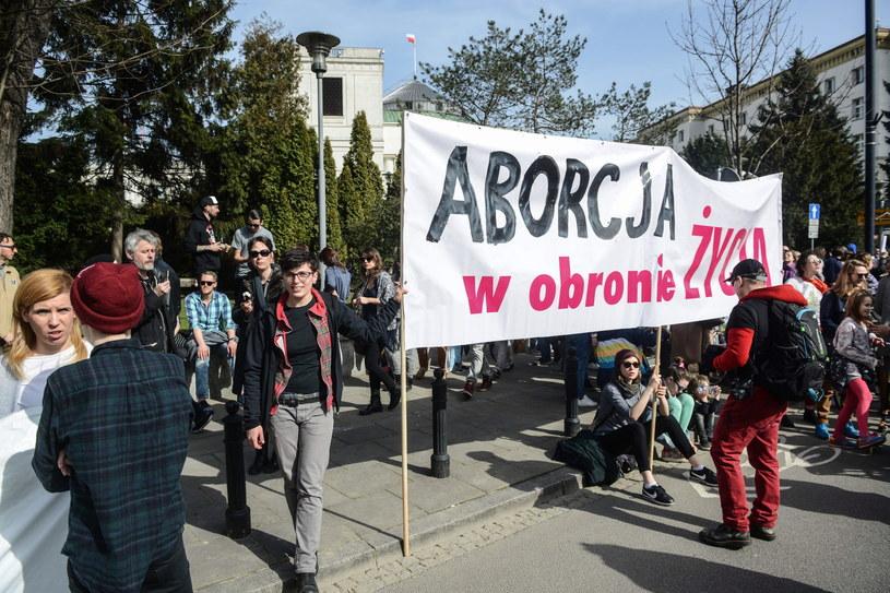 Od kilku dni protestują przeciwnicy całkowitego zakazu aborcji /Jakub Kamiński   /PAP