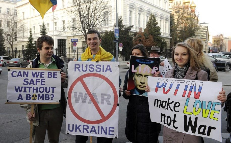 Od kilku dni w europejskich miastach trwają demonstracje przeciwko obecności rosyjskich wojsk na Ukrainie. Na zdjęciu: manifestacja przed ambasadą Rosji w Wiedniu /HERBERT PFARRHOFER /PAP/EPA