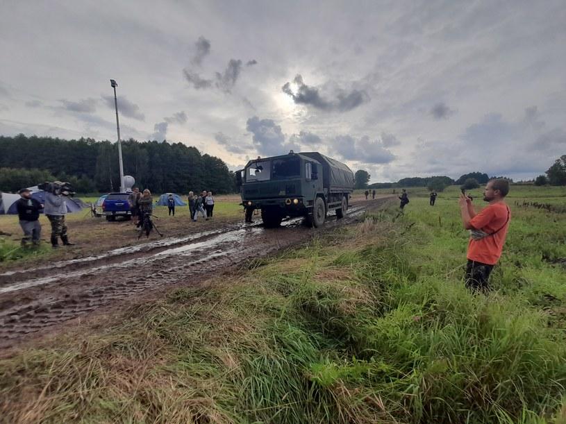 Od kilkunastu dni po białoruskiej stronie granicy koczuje grupa migrantów /Ewa Pajuro /Polsat News