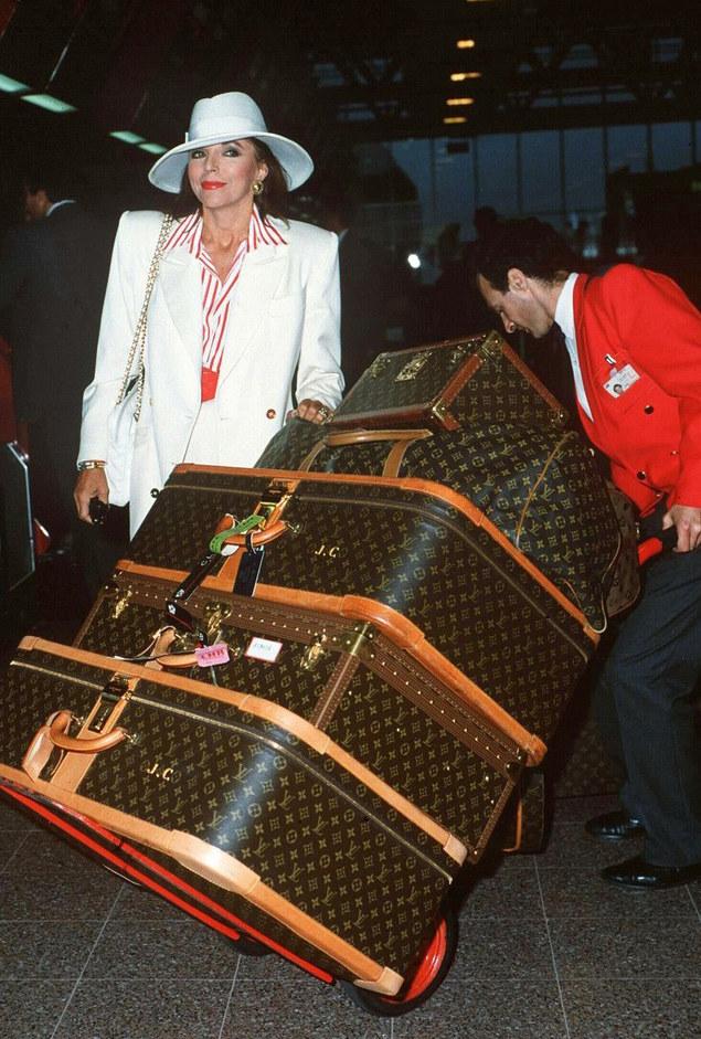 Od lat bez zmian. Gwiazdy najchętniej podróżują z bagażami od Vuittona (na zdjęciu Joan Collins w 1989 roku) /East News