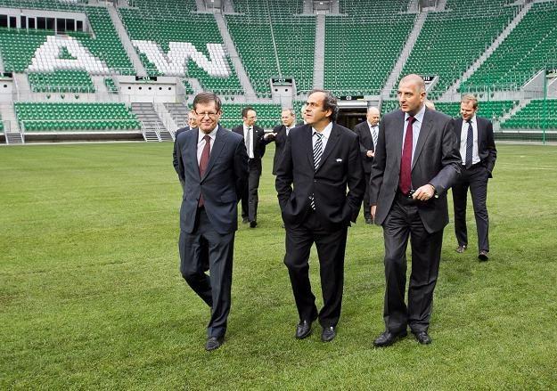 Od lewej: Adam Giersz, Michel Platini i Rafał Dutkiewicz/fot. Maciej Kulczyński /PAP