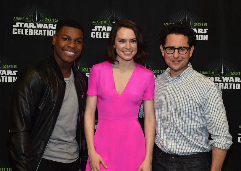 """Od lewej: aktorzy John Boyega i Daisy Ridley oraz J.J. Abrams, reżyser """"Przebudzenia mocy"""" /Alberto E. Rodriguez /Getty Images"""