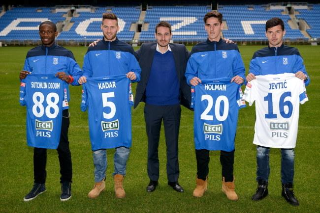Od lewej: Arnaud Djoum, Tamas Kadar, wiceprezes Lecha Piotr Rutkowski, David Holman i Darko Jevtić /Jakub Kaczmarczyk /PAP
