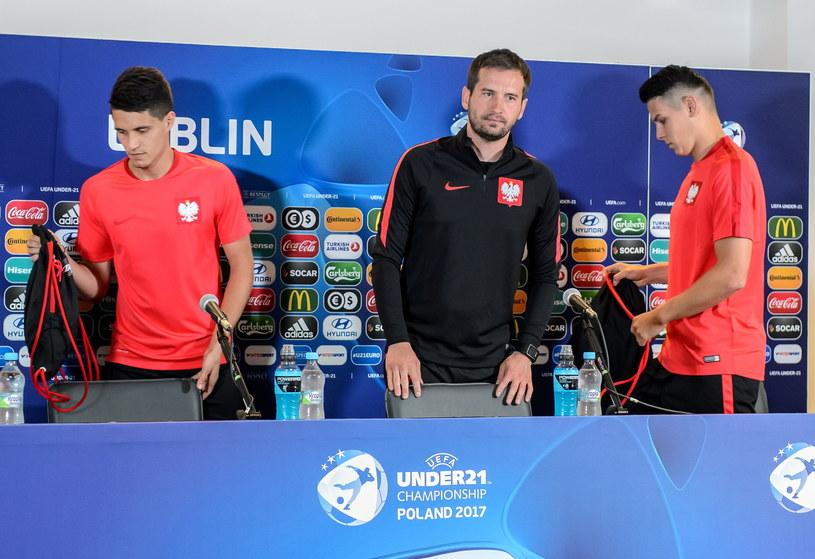 Od lewej: Bartosz Kapustka, trener Marcin Dorna i Mariusz Stępiński /Wojciech Pacewicz /PAP
