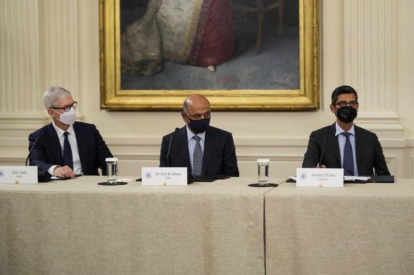 Od lewej: CEO Apple Tim Cook, CEO IBM Arvind Krishna i CEO Google Sundar Pichai, podczas spotkania z prezydentem Bidenem /AFP