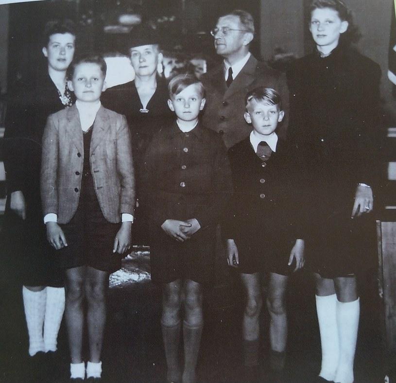 Od lewej córka Ines, syn Heinrich, żona Ruth, syn Ludolf, Bach-Zelewski, syn Eberhardt i córka Ines. To musi być 1950-1951 rok. Prawdopodobnie już w Eckersmuehlen /archiwum prywatne
