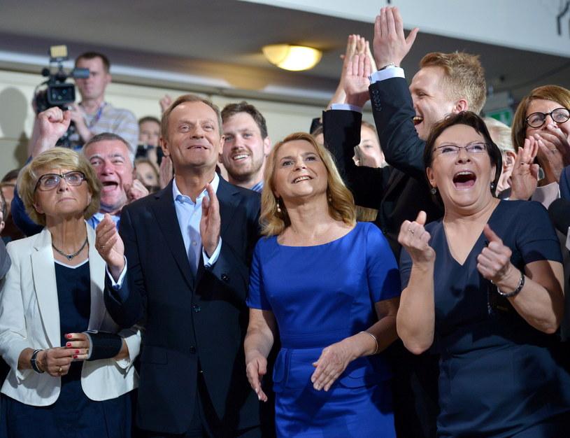 Od lewej: Danuta Huebner, premier Donald Tusk z żoną Małgorzatą i marszałek Sejmu Ewa Kopacz w sztabie wyborczym PO /Radek Pietruszka /PAP