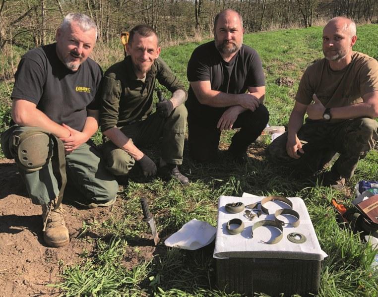 Od lewej: Darek de Lorm, odkrywca skarbu Ernest Buczkowski, archeolog dr Przemysław Kołosowski i Paweł Kazierski /Odkrywca