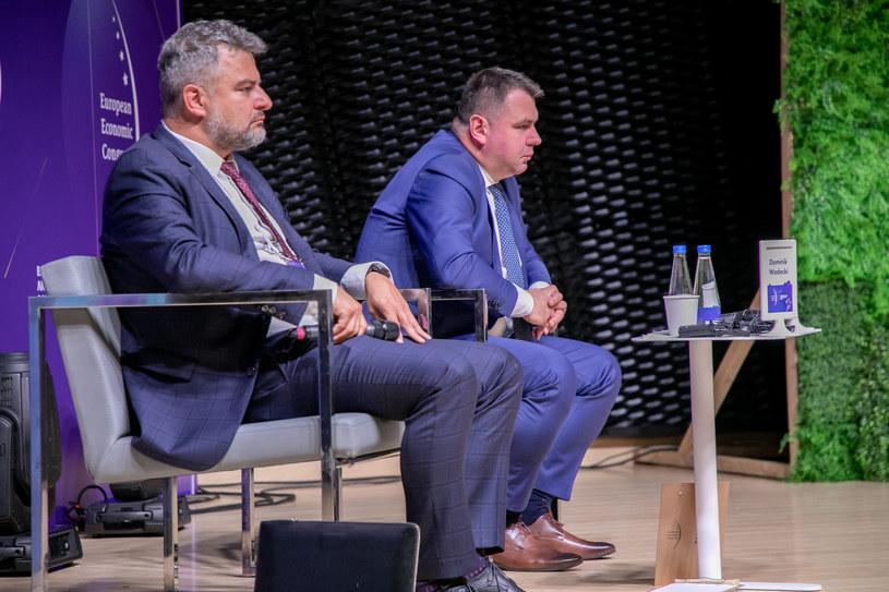 De izquierda a derecha: Dominik Wadecki, presidente de Energa y Pawe Szczeszek, presidente de Enea / Foto Irenenus Rick / INTERIA.PL