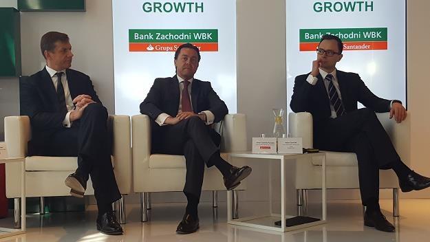 Od lewej Feliks Szyszkowiak, członek zarządu Banku Zachodniego WBK, Javier Castrillo Penades z Banku Santander, Adam Czerniak, główny ekonomista Polityka Insight. Fot. Bartosz Bednarz /INTERIA.PL