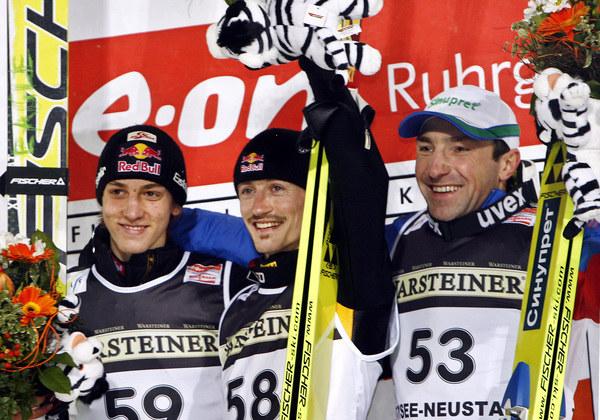 Od lewej: Gregor Schlierenzauer, Adam Małysz i Dimitrij Wasiljew w Titisee-Neustadt w 2007 roku. /AFP