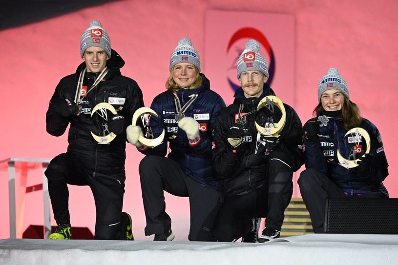 Od lewej: Halvor Egner Granerud, Maren Lundby, Robert Johansson i Silje Opseth. W poniedziałek cieszyli się z odebrania srebrnych medali zdobytych w mikście /AFP