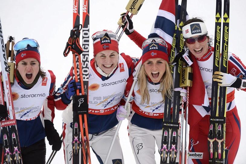Od lewej: Heidi Weng, Astrid Uhrenholdt Jacobsen, Therese Johaug i Marit Bjoergen triumfują /AFP