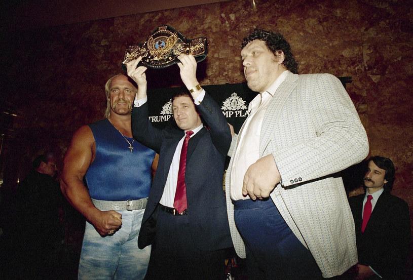 Od lewej: Hulk Hogan, Donald Trump z pasem federacji zapaśniczej i Andre the Giant /East News