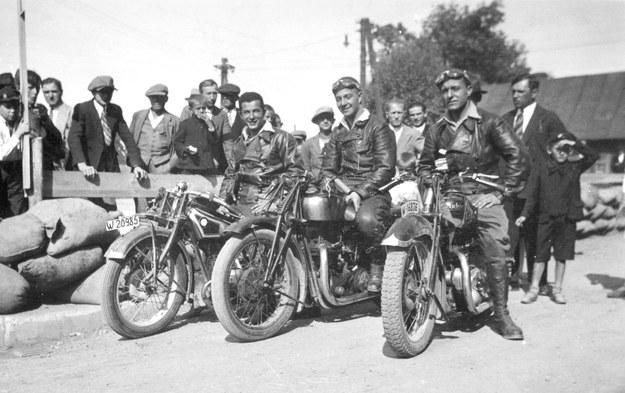 Od lewej: Ignacy Telechun (bmw), Józef Jakubowski (excelsior), Tadeusz Tomaszewski (rudge) podczas wyścigów ulicznych w Tarnowie w 1932 roku /Archiwum Tomasza Szczerbickiego