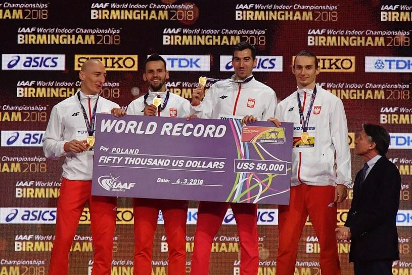 Od lewej: Jakub Krzewina, Łukasz Krawczuk, Rafał Omelko i Karol Zalewski - złoci medaliliści i rekordziści świata w sztafecie 4x400 m /AFP