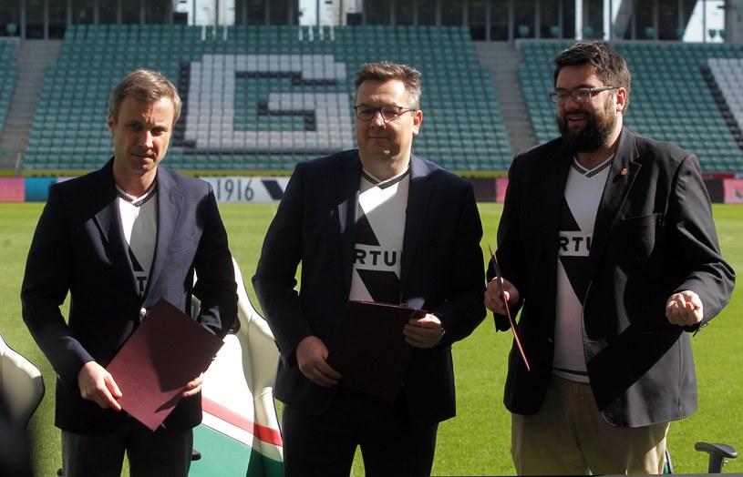 Od lewej: Jakub Szumielewicz, Maciej Wandzel (obaj Legia) i Jarosław Jóźwiak, zastępca prezydenta Warszawy /