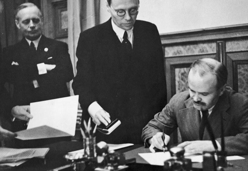 Od lewej: Joachim von Ribbentrop i Wiaczesław Mołotow. Moskwa, 23 sierpnia 1939 r. fot. Heinrich Hoffmann / Hulton Archive /Getty Images