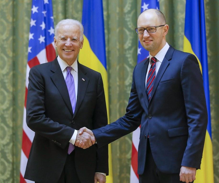 Od lewej: Joe Biden i premier Arsenij Jaceniuk /SERGEY DOLZHENKO /PAP/EPA