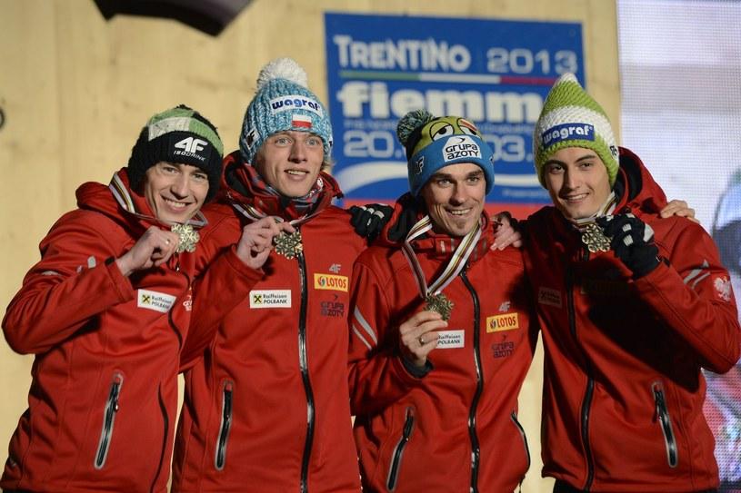 Od lewej: Kamil Stoch, Dawid Kubacki, Piotr Żyła i Maciej Kot z medalem MŚ w Val di Fiemme /AFP