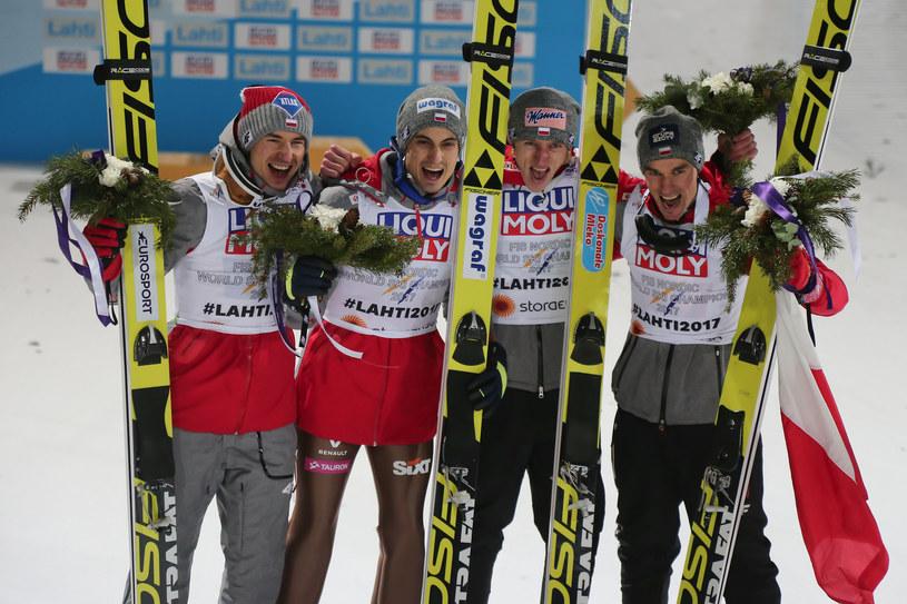 Od lewej: Kamil Stoch, Maciej Kot, Dawid Kubacki i Piotr Żyła po zdobyciu tytułu drużynowych mistrzów świata w Lahti /Paweł Relikowski / Polska Press /East News