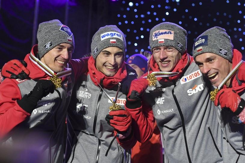 Od lewej: Kamil Stoch, Maciej Kot, Dawid Kubacki i Piotr Żyła ze złotymi medalami MŚ w Lahti /PAP/EPA
